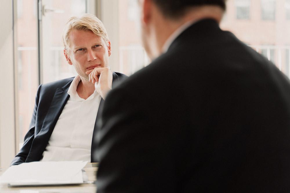 Zwei Menschen diskutieren